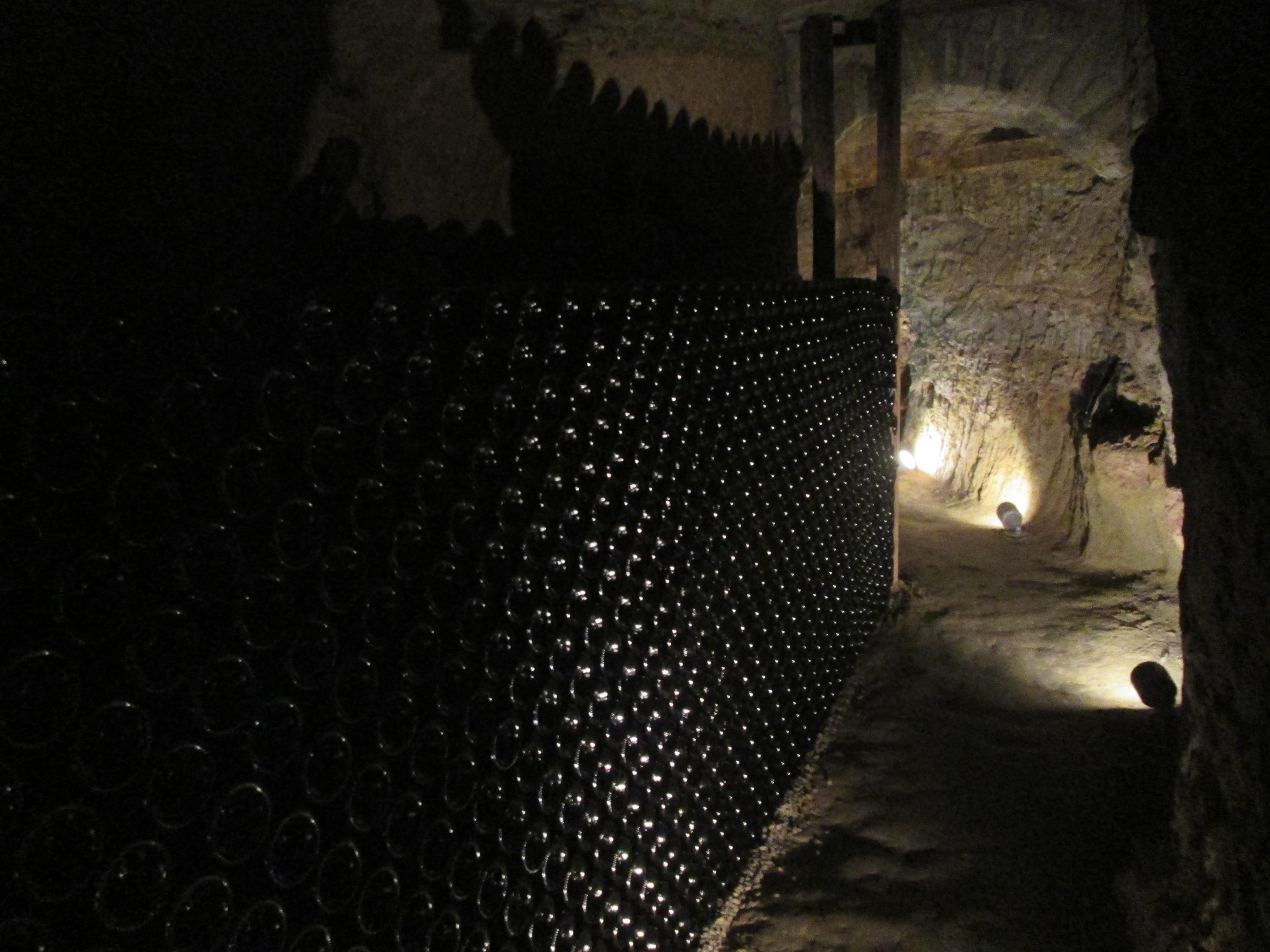 cunicolo sotterraneo scavato nella roccia per l'affinamento dello spumante
